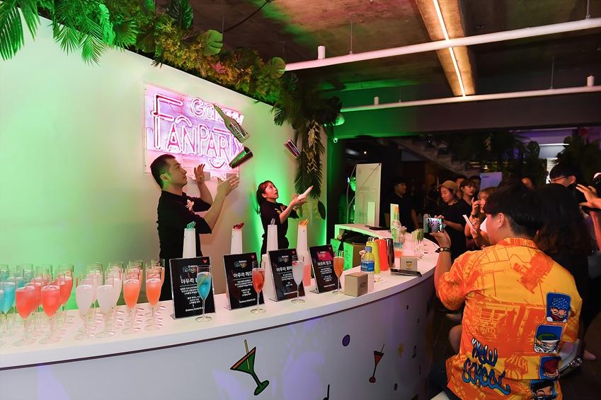 지난 16일 부산 영도구 젬스톤에서 진행된 '갤럭시 팬 파티'에 참석한 갤럭시 팬들이 '갤럭시 노트10 5G'의 아우라 컬러에서 영감을 받은 다채로운 칵테일과 함께 칵테일 쇼를 즐기는 모습
