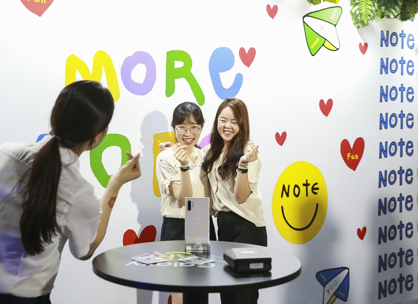 지난 16일 부산 영도구 젬스톤에서 진행된 '갤럭시 팬 파티'에 참석한 갤럭시 팬들이비주얼 아티스트 '노보(NOVO)'가 디자인한 포토존에서 '갤럭시 노트10 5G'의 'S펜'을 활용해 셀피를 촬영하는 모습