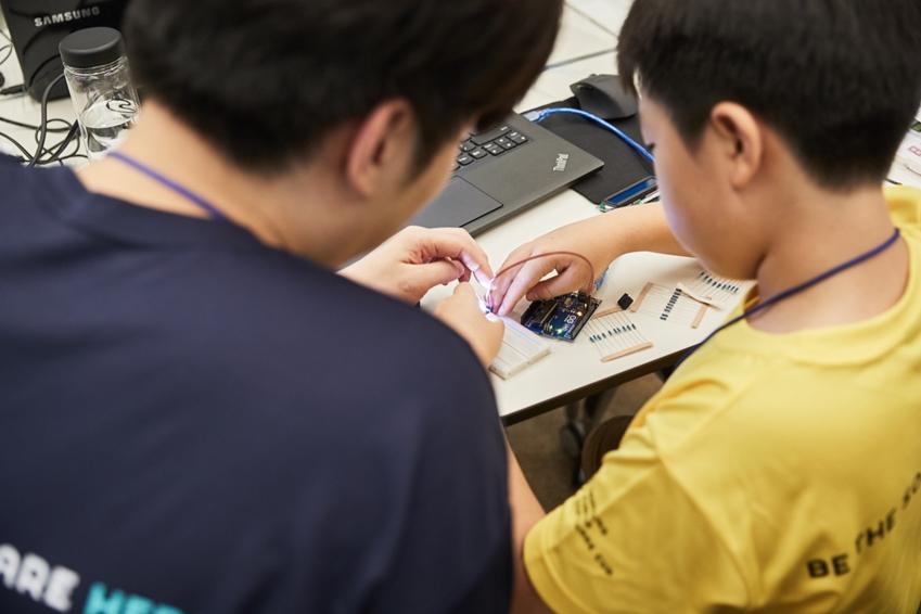 주소창 부트캠프 현장에서 아이디어를 개선하는 참가학생들의 모습