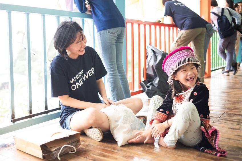 원위크 봉사 현장 아이와 함께 웃는 모습