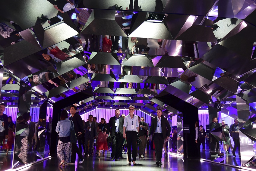 수많은 거울이 만들어낸 빛으로 광채를 뿜어내는 행사장 입구. 이 길을 따라 체험존으로 발을 들이는 참석자들은 삼성전자의 제품처럼 다채로운 일곱 가지 빛깔로 꾸며진 공간들을 만날 수 있다.