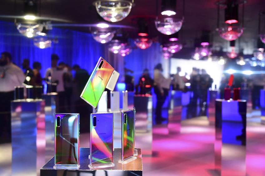 빛에서 영감을 얻은 갤럭시 노트10의 아우라 글로우(Aura Glow) 색상처럼, 영롱한 색으로 가득 찬 디자인 체험관.