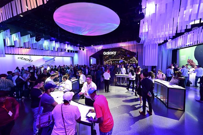참석자들이 갤럭시 노트10, 갤럭시 탭S6, 갤럭시 워치 액티브2 등 다양한 모바일 기기를 전시한 체험공간에서 제품들을 써보고 있다.