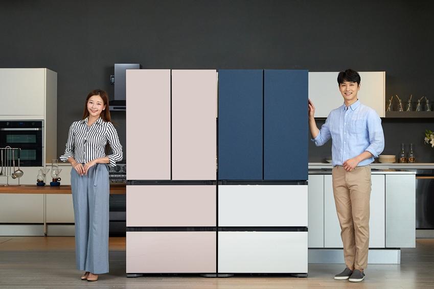 삼성전자 모델이 김치냉장고 신제품 '김치플러스 비스포크' 4도어를 소개하고 있다.