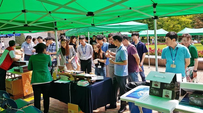 2일 삼성전자 기흥사업장에서 열린 추석맞이 직거래 장터에서 임직원들이 삼성전자 자매마을에서 생산된 상품들을 둘러보고 있다.