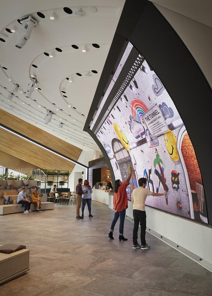 영국 런던에 있는 쇼핑몰 '콜 드롭스 야드'에 위치한 '삼성 킹스크로스'에서 관람객들이 초대형 커브드 LED 스크린에 직접 그림을 그리고 있다.