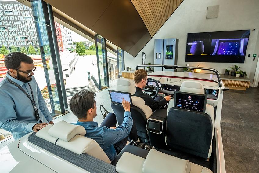 영국 런던에 있는 쇼핑몰 '콜 드롭스 야드'에 위치한 '삼성 킹스크로스'에서 관람객들이 '디지털 콕핏'을 체험해 보고 있다.