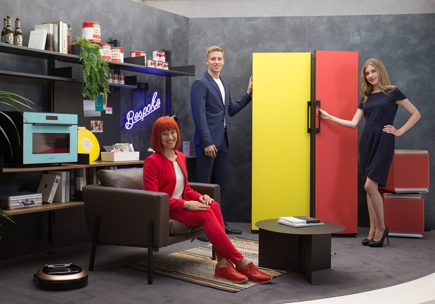 IFA 2019 공식 모델(좌측)과 삼성전자 모델들이 IFA 2019 삼성전자 전시장에서 맞춤형 냉장고 '비스포크(BESPOKE)'를 소개하고 있다.