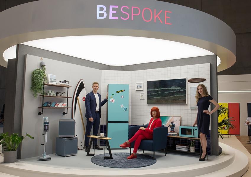 IFA 2019 공식 모델(가운데)과 삼성전자 모델들이 IFA 2019 삼성전자 전시장에서 맞춤형 냉장고 '비스포크(BESPOKE)'를 소개하고 있다.