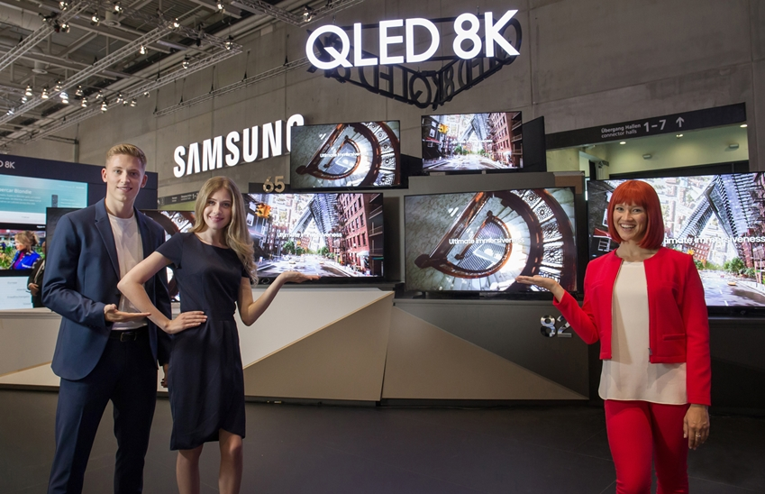IFA 2019 공식 모델(우측)과 삼성전자 모델들이 IFA 2019 삼성전자 전시장에서 55형부터 98형까지 'QLED 8K' TV. 풀 라인업을 소개하고 있다.