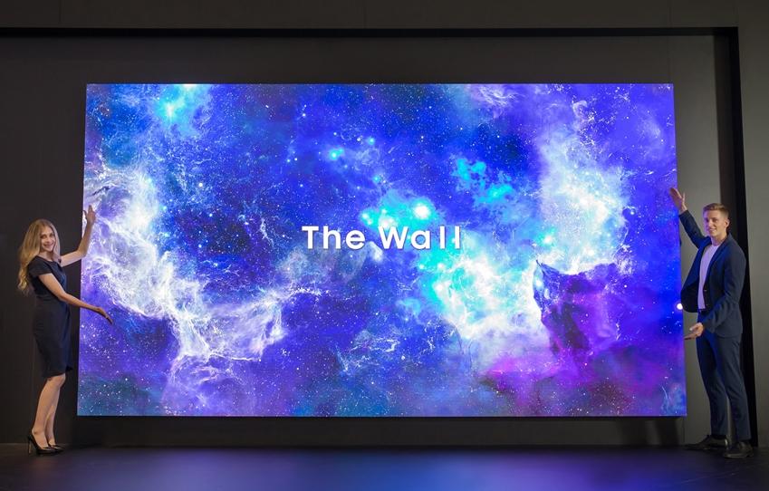 삼성전자 모델들이 IFA 2019 삼성전자 전시장에서 마이크로 LED 기술이 적용된 상업용 디스플레이 '더 월 프로페셔널' 219형 제품을 소개하고 있다.