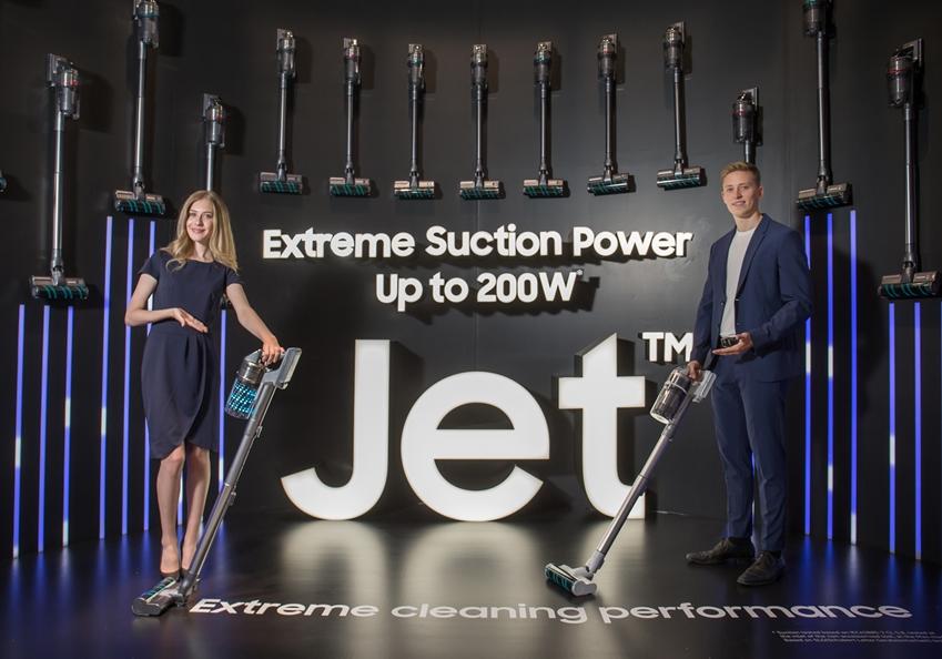 삼성전자 모델들이 IFA 2019 삼성전자 전시관에서 '삼성 제트' 무선청소기를 소개하고 있다.