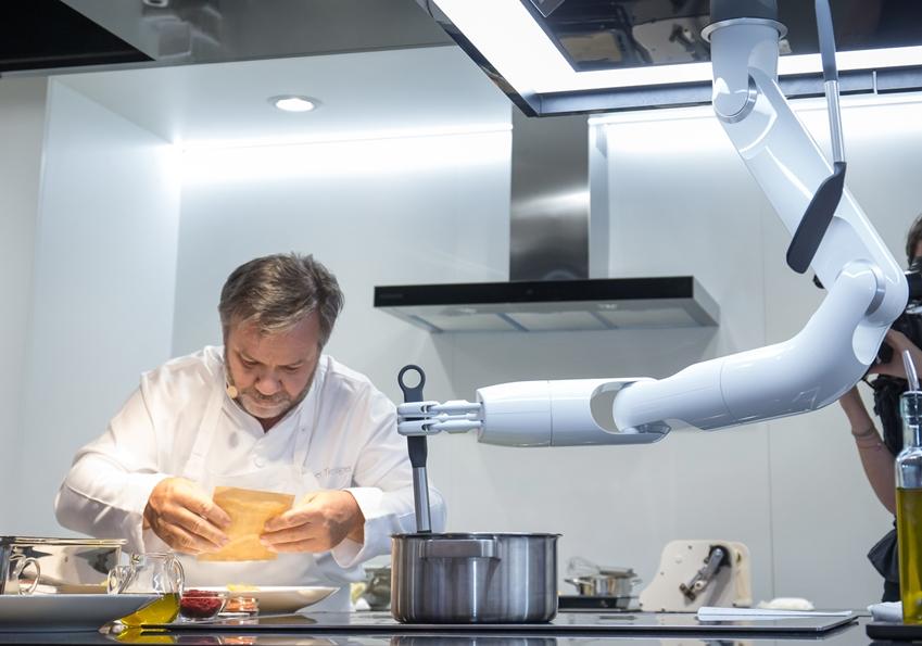 삼성전자가 독일 베를린에서 6일부터 11일까지 열리는 유럽 최대 가전 전시회 'IFA 2019'에 참가해 삼성 클럽 더 셰프와 삼성봇 셰프가 협업해 요리하는 시연을 선보이고 있다. '삼성봇 셰프'는 로봇 팔에 다양한 도구를 바꿔 장착함으로써 식재료를 자르고 섞거나 양념을 넣는 등의 요리 보조 기능을 지원하며, 레시피를 다운로드 받아 필요한 작업을 수행할 수 있다.