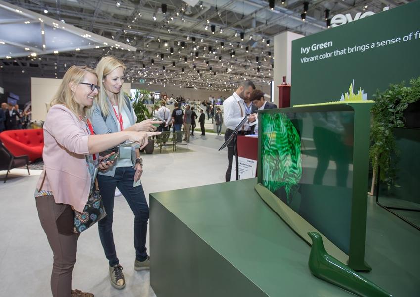 7일(현지 시간) 독일 베를린에서 열리는 유럽 최대 가전 전시회 'IFA 2019'에서 삼성전자 전시장을 방문한 관람객들이 신개념 라이프스타일 TV '더 세리프'를 감상하고있다.