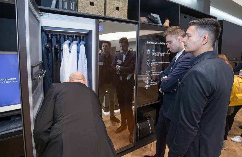 7일(현지 시간) 독일 베를린에서 열리는 유럽 최대 가전 전시회 'IFA 2019'에서 삼성전자 전시장을 방문한 관람객들이 혁신 라이프스타일 가전인 의류청정기 '에어드레서'를 감상하고있다.