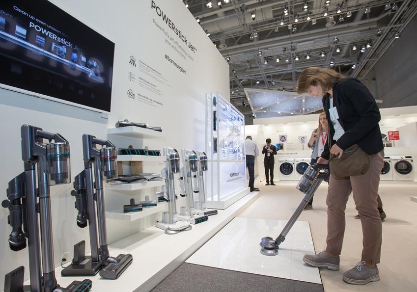 7일(현지 시간) 독일 베를린에서 열리는 유럽 최대 가전 전시회 'IFA 2019'에서 삼성전자 전시장을 방문한 관람객들이 혁신 라이프스타일 가전인 무선청소기 '삼성 제트'를 감상하고있다.