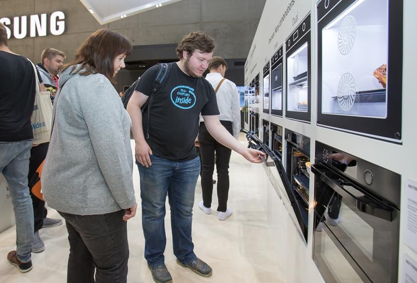 7일(현지 시간) 독일 베를린에서 열리는 유럽 최대 가전 전시회 'IFA 2019'에서 삼성전자 전시장을 방문한 관람객들이 플렉시블 도어(Flexible door)를 가진 '듀얼 쿡 플렉스(Dual Cook Flex)' 오븐을 살펴보고 있다.