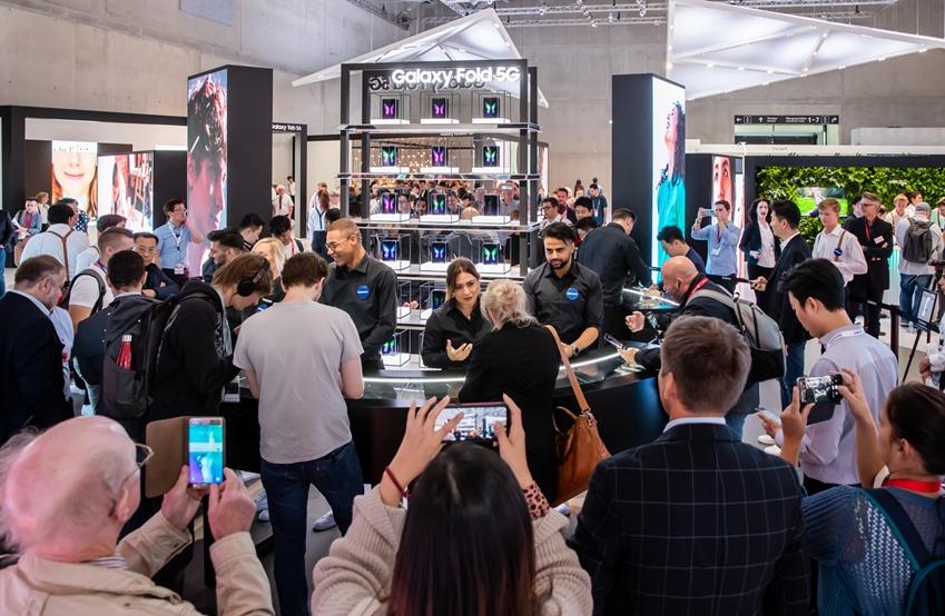 7일(현지 시간) 독일 베를린에서 열리는 유럽 최대 가전 전시회 'IFA 2019'에서 삼성전자 전시장을 방문한 관람객들이 '갤럭시 폴드 5G'를 체험하고 있다.