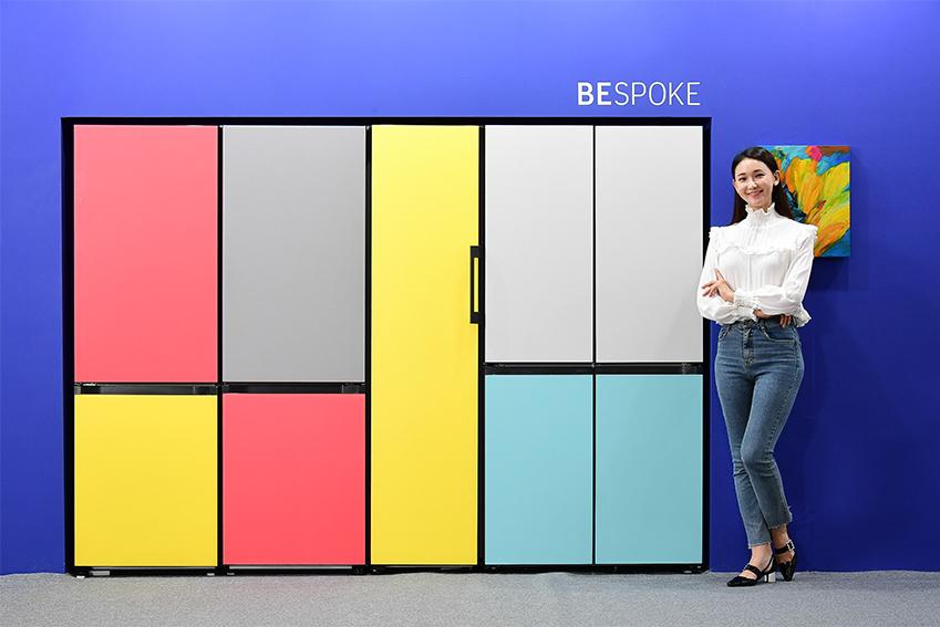 삼성전자 모델이 20일부터 29일까지 서울 성수동 에스팩토리에서 열리는 '2019 유니온 아트페어' 삼성전자 부스에 전시된 다채로운 패널로 피에트 몬드리안의 작품을 연상시키는 맞춤형 냉장고 '비스포크(BESPOKE)'를 배경으로 포즈를 취하고 있다.