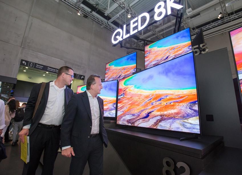 지난 9월 독일 베를린에서 열린 유럽최대 가전전시회 'IFA 2019' 에서 관람객들이 삼성전자의 QLED 8K TV를 살펴보고 있다.