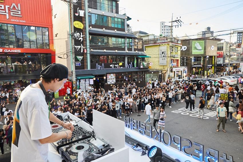 ▲ 부스 2층에서는 DJ 케이트의 공연이 진행됐다.