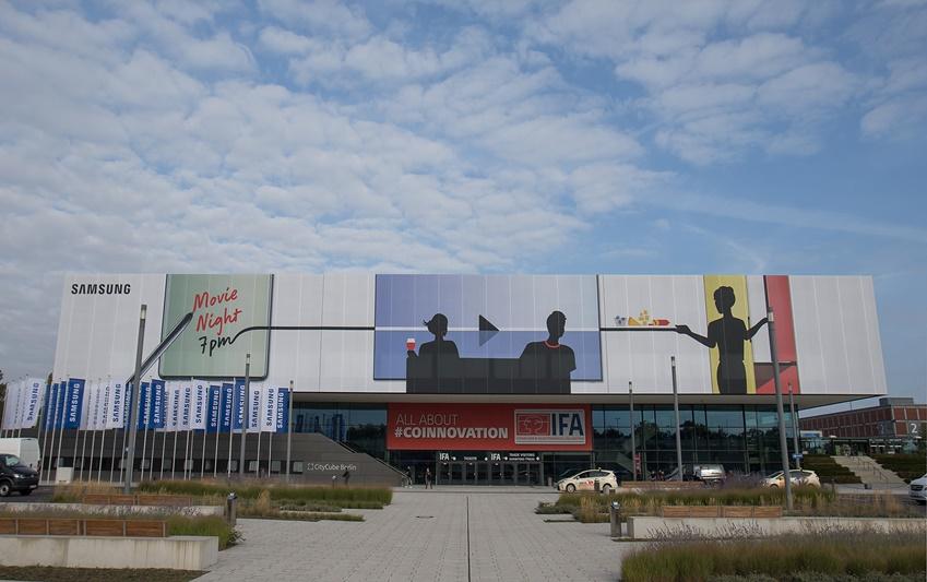삼성전자가 오는 6~11일(현지시간) 독일 베를린 '메세 베를린(Messe Berlin)'에서 열리는 유럽 최대 가전전시회 'IFA 2019'에 앞서 삼성 단독 전시장이 마련된 '시티큐브 베를린(City Cube Berlin)' 건물 외관에 소비자 라이프스타일에 따른 홈 IoT 솔루션을 제시하는 '커넥티드 리빙(Connected Living)'을 표현한 옥외 광고를 설치했다. '시티큐브 베를린'은 총 3층에 해당되는 건물로 2014년부터 삼성전자가 건물 전체를 단독으로 사용해 각종 전시는 물론 거래선 미팅, 내부 회의 등 다양한 목적으로 사용하고 있다.
