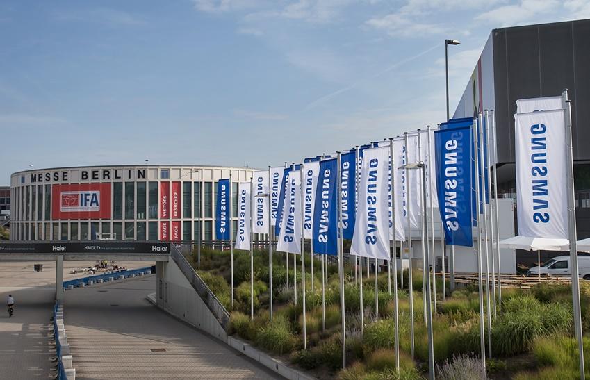 성전자가 오는 6~11일(현지시간) 독일 베를린 '메세 베를린(Messe Berlin)'에서 열리는 유럽 최대 가전전시회 'IFA 2019'에 앞서 전시회장 입구에 깃발 광고를 설치했다.
