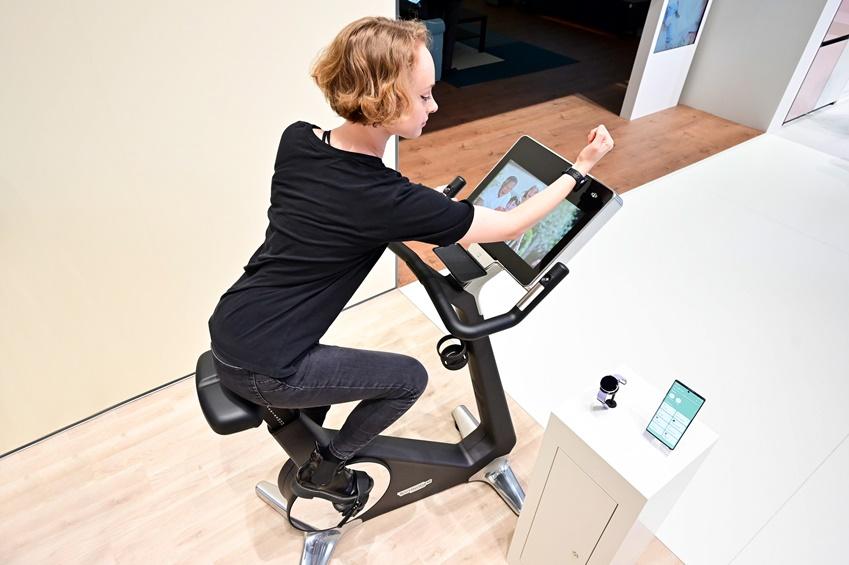 ▲운동 효과를 높이는 방법 중 하나는 바로 '기록'. 전시장 내 마련된 '헬스 존(Health geek)'에선 근거리 무선통신(NFC) 기술을 활용해 관람객들에게 역동적인 경험을 선사한다. 실내 자전거에 웨어러블 기기를 태깅하면 심박 수∙운동 시간을 실시간으로 체크할 수 있고, 나에게 맞는 다양한 운동 코스도 알아볼 수 있다.