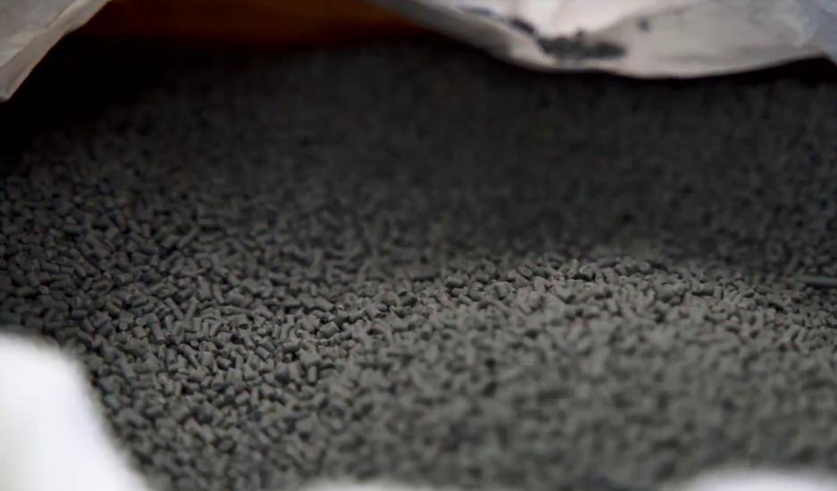 재생 플라스틱 펠릿(Pellet). 펠릿을 이용해 재생 플라스틱 부품을 제조한다.