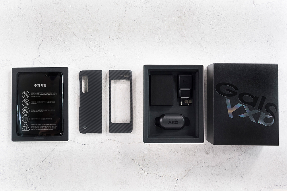 갤럭시 폴드 제품과 케이스 충전기 이어폰 등 구성품