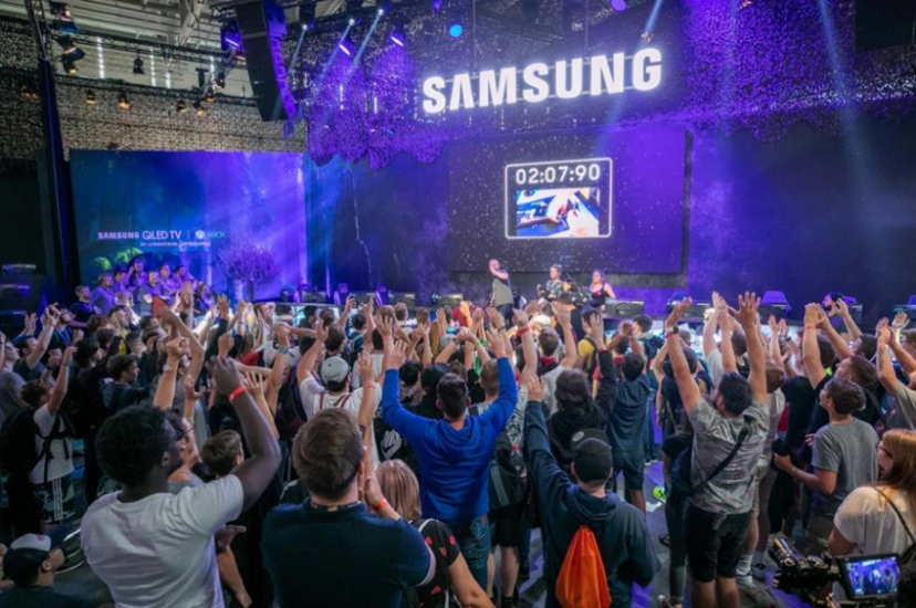 ▲ 게임스컴 2019 삼성전자 부스에서 이벤트를 즐기고 있는 관람객들