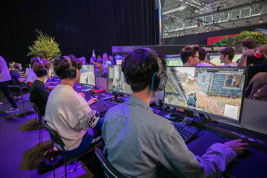 ▲ 포엔트로가 게임스컴 2019 삼성전자 부스에서 CRG5로 배틀 그라운드 이벤트 매치를 하고 있다.