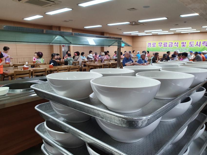 독거 어르신을 위한 무료급식 설거지 봉사