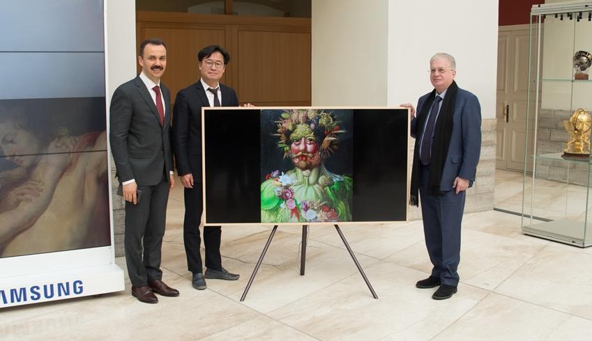 삼성전자 CIS 총괄 성일경 전무(가운데), 에르미타주 박물관장 미하일 표트로브스키(Mikhail Piotrovsky)(오른쪽)가 삼성전자와 에르미타주 박물관의 협력을 기념하는 사진 촬영을 하고 있다.