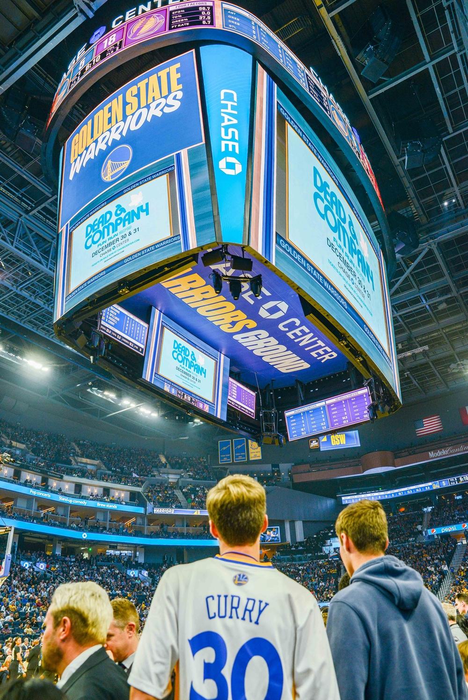 삼성전자는 미국 프로 농구팀 '골든 스테이트 워리워스(Golden State Warriors)'의 홈경기장인 '체이스 센터(Chase Center)'에 초대형 LED 스크린을 포함한 스마트 사이니지를 대거 설치했다. 체이스 센터는 10월 5일(현지시간)에 열린 시범경기에서 초대형 LED 스크린을 시범 운영하고 있다.