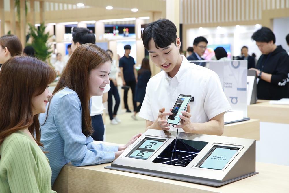 한국전자전(KES) 삼성전자관에서 '갤럭시 폴드 5G'의 대화면에 여러 개의 창을 띄우고 멀티 테스킹 기능을 체험하고 있다.