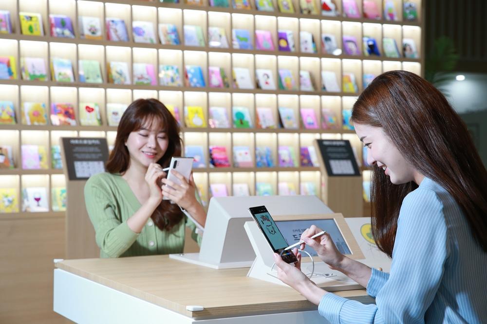 한국전자전(KES) 삼성전자관에서 '갤럭시 노트10 5G'로 촬영한 사진을 '스마트 S펜'으로 꾸미고 있다.