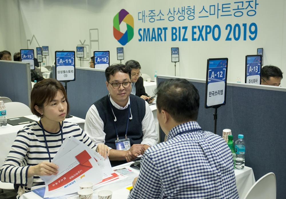 8일 서울 코엑스에서 열린 '2019 대·중소기업 상생협력 스마트비즈엑스포'에 참가한 중소기업들이 바이어와 상담을 하고 있다.
