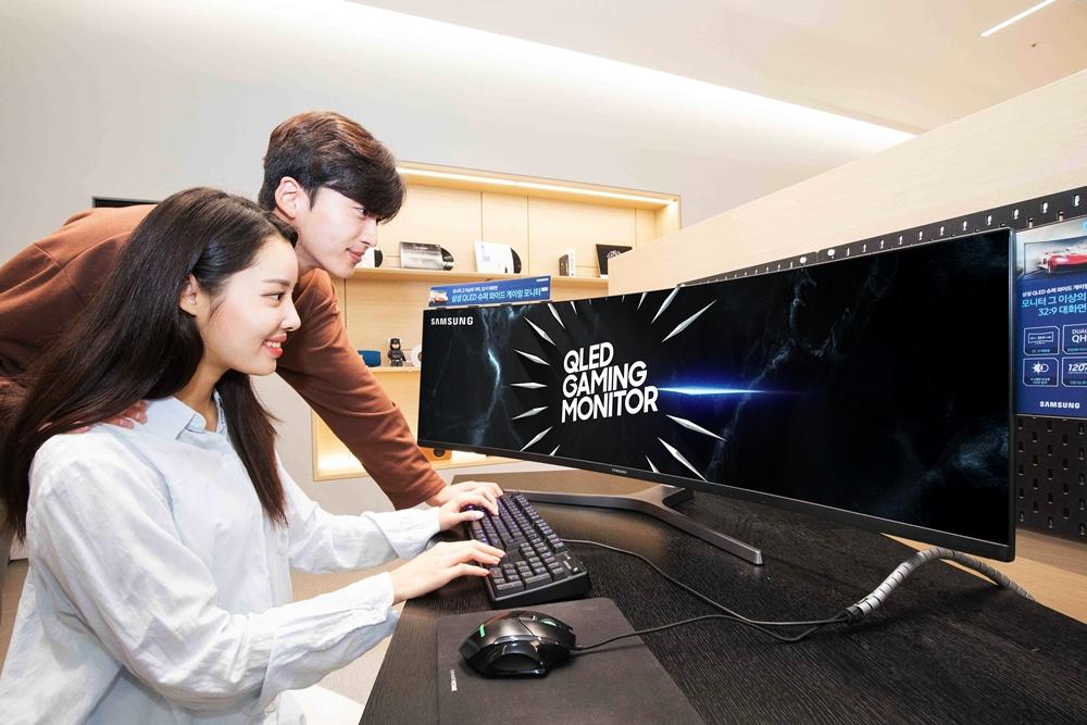 삼성전자가 게이밍 모니터 시장에서 세계 1위에 올랐다. 삼성전자 모델들이 듀얼 QHD 게이밍 모니터 'CRG9' 49형을 소개하고 있다.