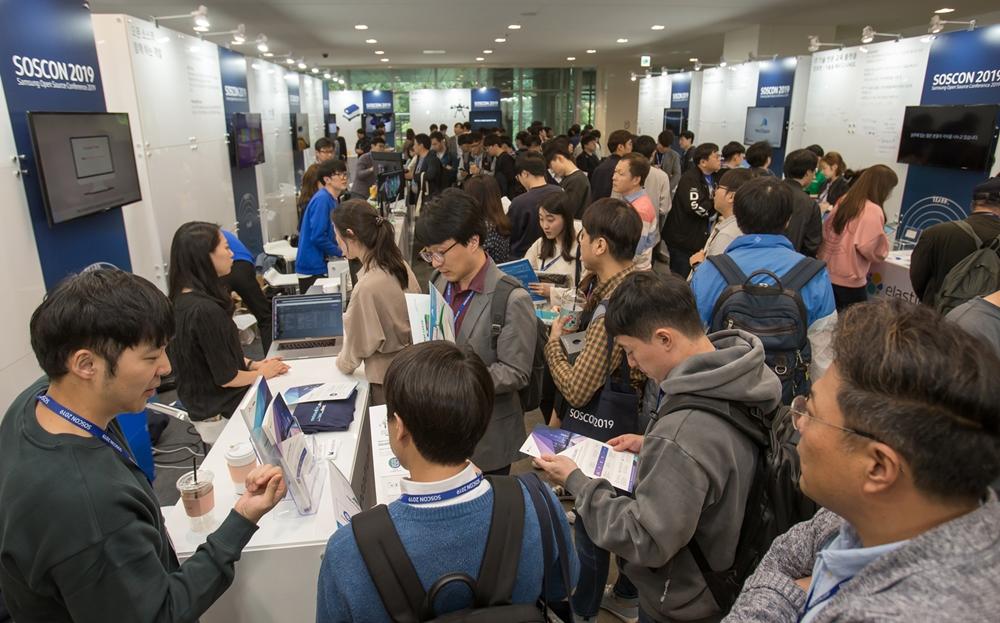 16일 삼성전자 서울 R&D 캠퍼스에서 열린 '삼성 오픈소스 콘퍼런스'에서 참가자들이 파트너존을 둘러보고 있다.