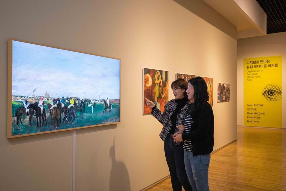 삼성전자는 10월 18일부터 내년 2월 7일까지 제주도립미술관에서 열리는 '프렌치 모던: 모네에서 마티스까지, 1850~1950' 전시회에 참여한다. 관람객들이 삼성 라이프스타일 TV '더 프레임(The Frame)'을 통해 유럽 모더니즘 화가들의 작품을 관람하고 있다.