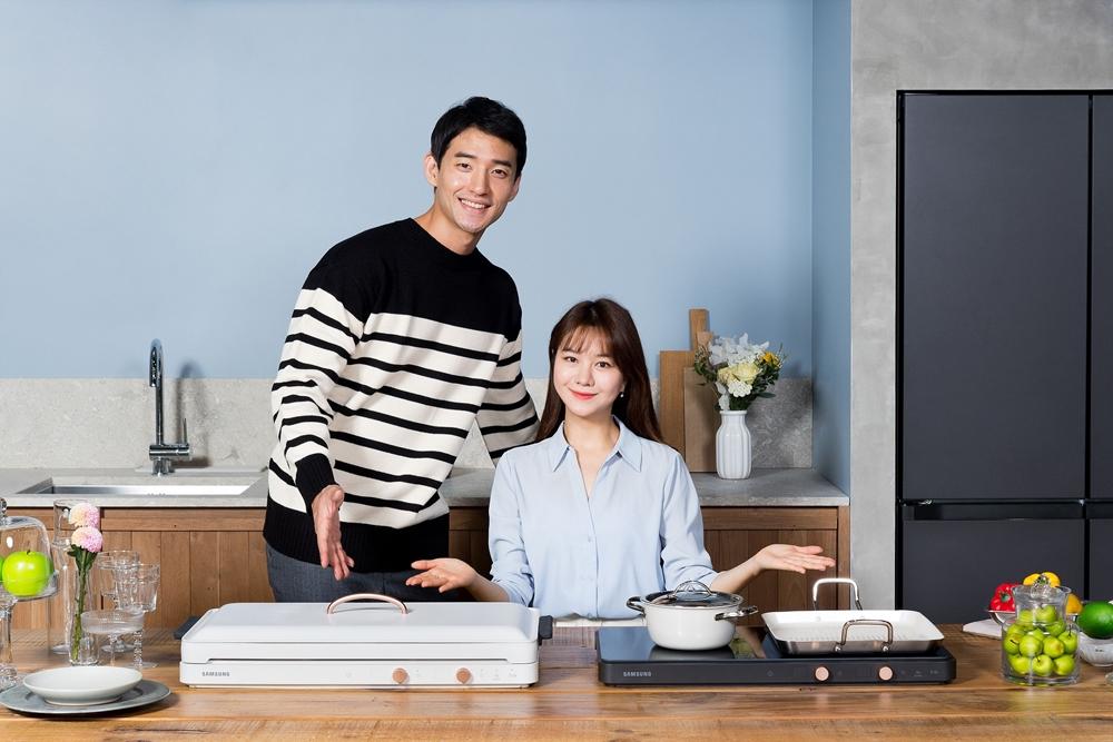 삼성전자가 집에서 요리와 홈파티를 즐기는 소비자를 위한 인덕션 '더 플레이트 (The Plate)'를 23일 출시한다. 삼성전자 모델들이 더 플레이트(The Plate) 제품을 소개하고 있다.