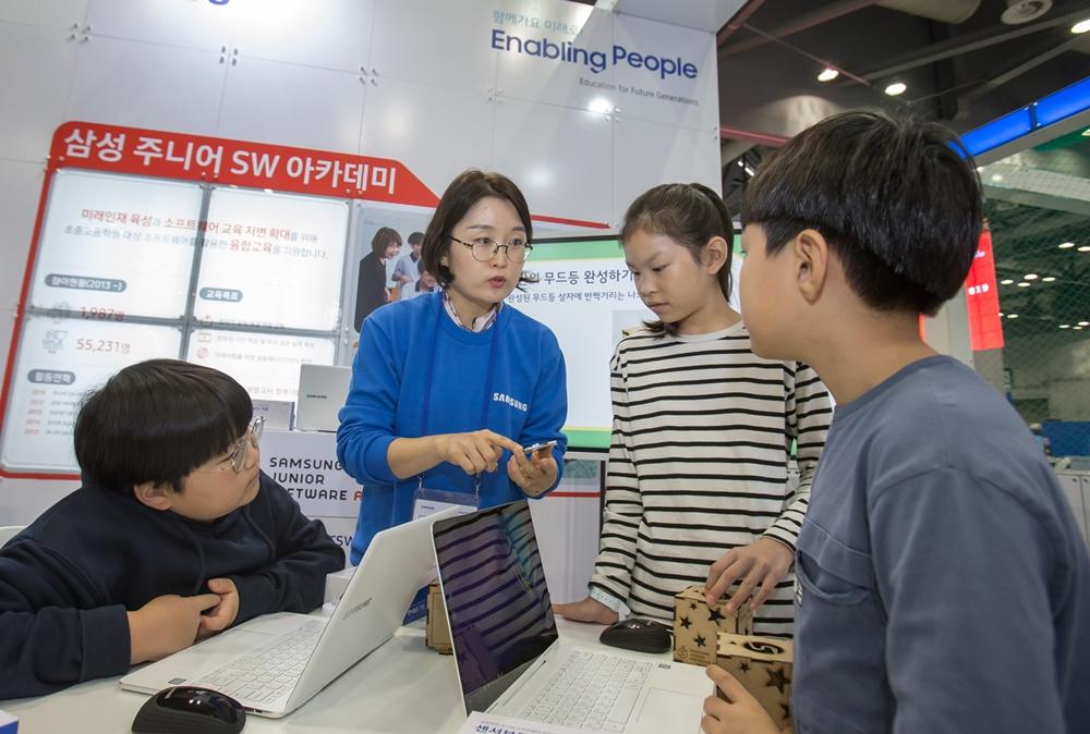 23일 일산 킨텍스에서 열린 '2019 교육기부 박람회'에서 학생들이 삼성전자 전시 부스를 방문해 다양한 교육 프로그램을 체험해보고 있다.