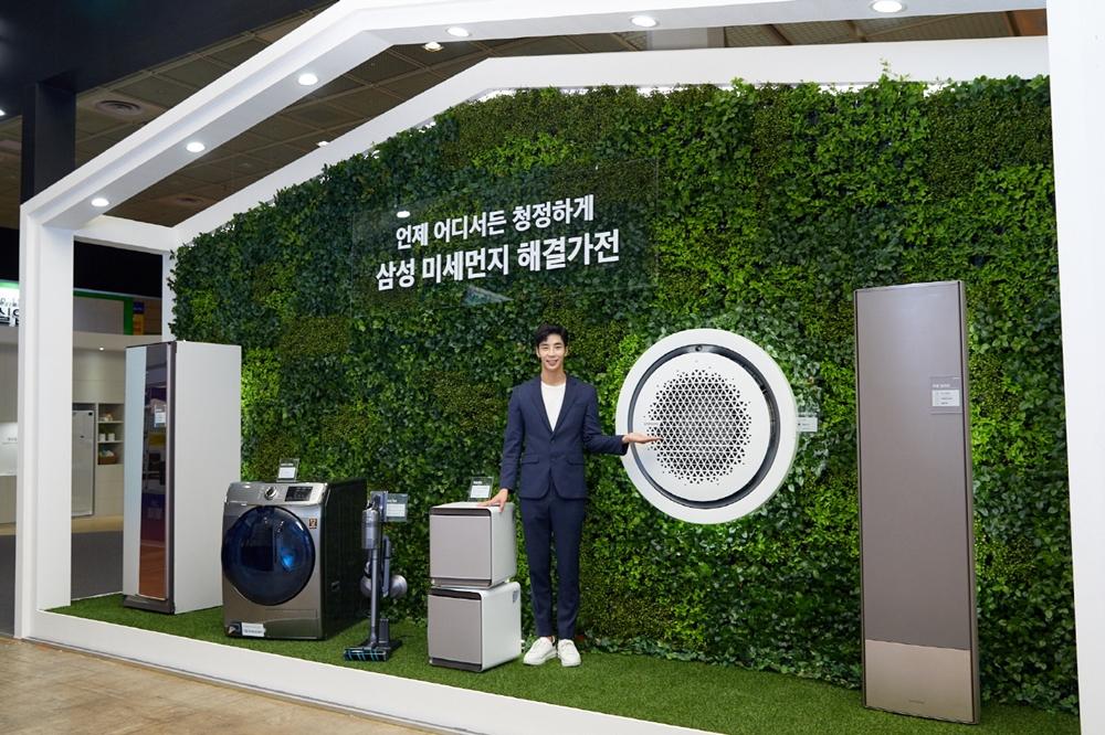 삼성전자가 25일부터 27일까지 서울 코엑스(COEX)에서 열리는 '에어페어2019(Air Fair 2019)'에 참가해 미세먼지 해결가전을 선보였다. 삼성전자 모델이 삼성 미세먼지 해결가전 라인업을 소개하고 있다.