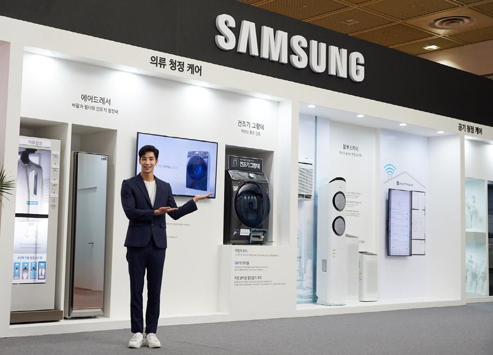 삼성전자가 25일부터 27일까지 서울 코엑스(COEX)에서 열리는 '에어페어2019(Air Fair 2019)'에 참가해 미세먼지 해결가전을 선보였다. 삼성전자 모델이 삼성전자의 의류청정 기술을 소개하고 있다.