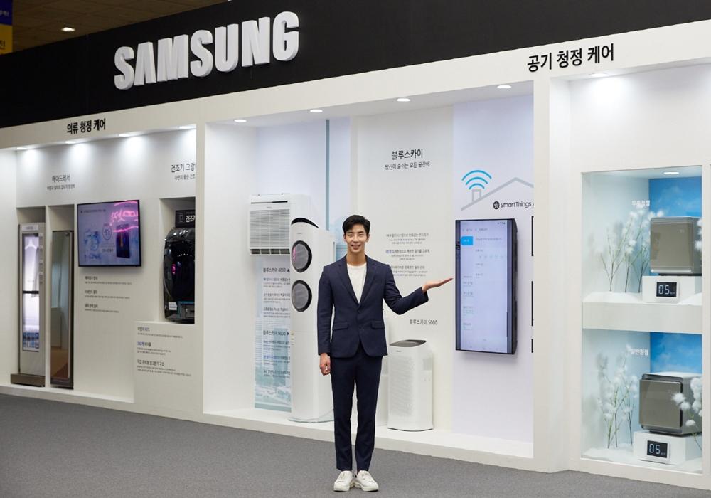 삼성전자가 25일부터 27일까지 서울 코엑스(COEX)에서 열리는 '에어페어2019(Air Fair 2019)'에 참가해 미세먼지 해결가전을 선보였다. 삼성전자 모델이 삼성전자의 공기청정 기술을 소개하고 있다.