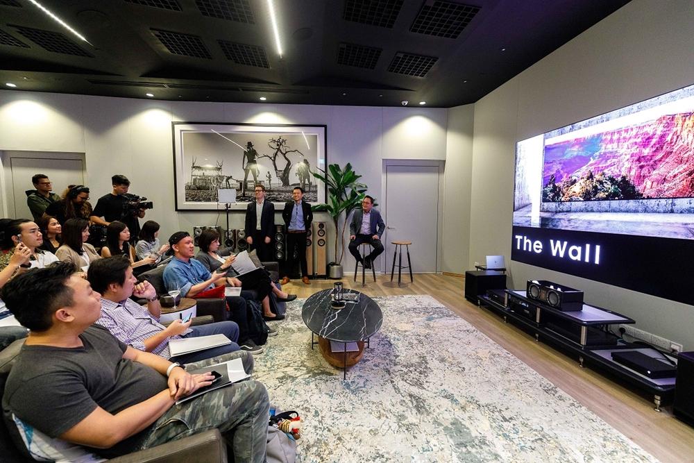 삼성전자가 24일(현지 시간) 전 세계에서 4번째로 싱가포르에 '더 월(The Wall)' 체험용 쇼룸을 오픈했다. 현지 미디어, 거래선, 소비자들이 '더 월 럭셔리(The Wall Luxury)'를 체험하고 있다.