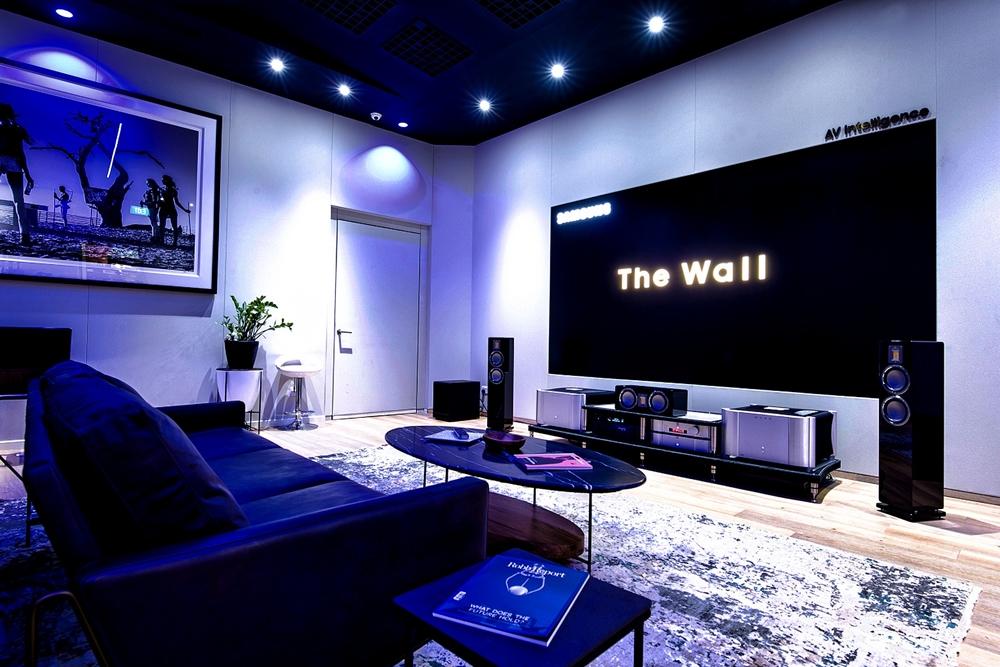 삼성전자가 24일(현지 시간) 전 세계에서 4번째로 싱가포르에 '더 월(The Wall)' 체험용 쇼룸을 오픈했다. 프리미엄 디스플레이 '더 월 럭셔리(The Wall Luxury)' 146형 제품 사진