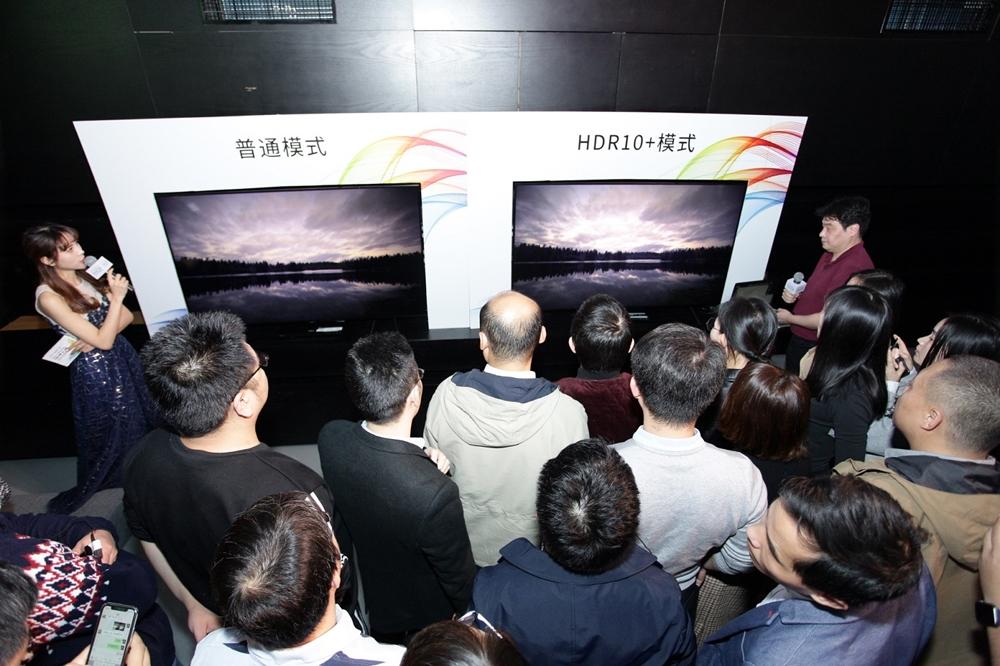 삼성전자가 24일(현지 시간) 중국 베이징에서 HDR10+ 세미나를 개최하고 여러 중국 업체들과 함께 HDR10+ 기술 확산에 나선다. '보통 방식'과 'HDR10+ 방식'화질을 비교시연 하고있다.