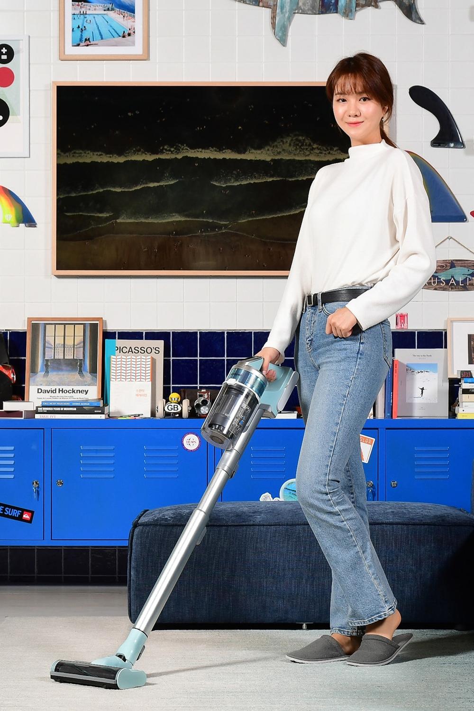 삼성전자 모델이 디지털프라자 강남본점 5층에 위치한 라이프스타일 쇼룸 #ProjectPRISM에서 삼성전자 무선 청소기 '삼성 제트' 민트색 신제품을 소개하고 있다.
